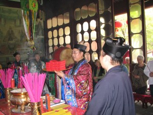 Initiation-ceremony-Changchun-Daoist-Temple-Wuhan-2007-Qigong-study-tour-simonblowqigong.com