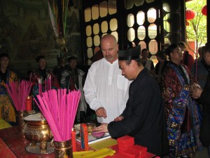 Simon-Blow-initiation-ceremony-Changchung-Daoist-temple-Wuhan-2007-simonblowqigong.com